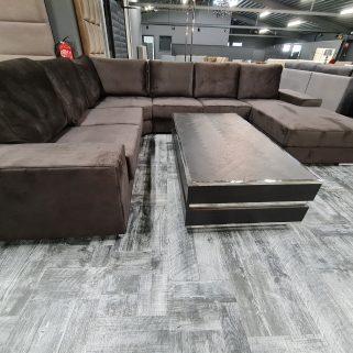 DezeU-bank Yola 6-zits (lounge rechts) Antaciet velvet is een grote, heerlijk zachte en comfortabele U-bank met afneembare kussens en prachtige chrome poten.